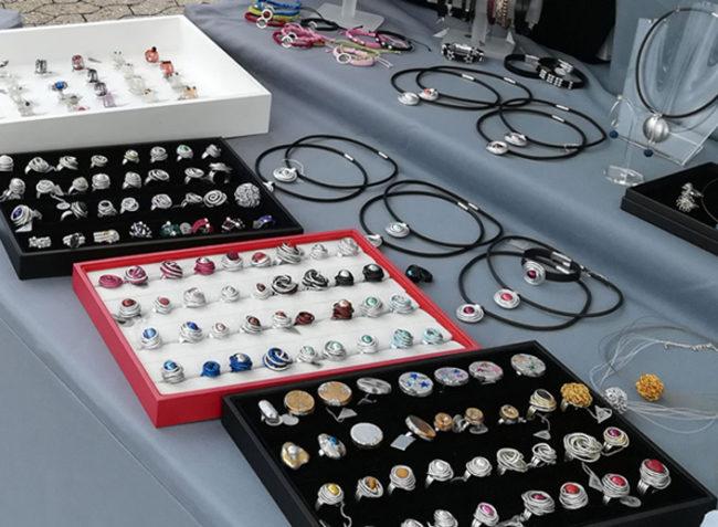 Hier gibt es jedemenge Ringe aus Aluminiumdraht zu sehen.