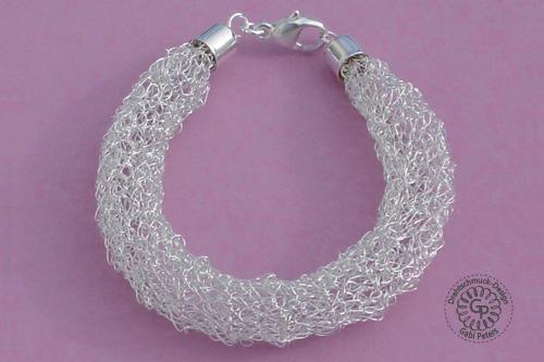 gehäkeltes Silberarmband aus Draht