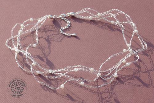 Dieses Collier ist mit einem Sterling Silberdraht und Swarovskiperlen angefertigt worden.
