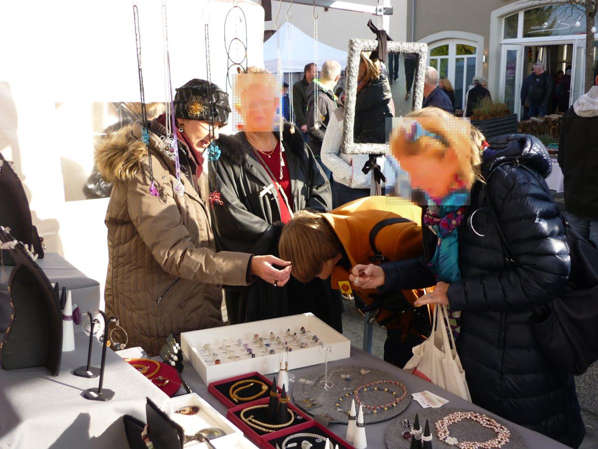 Hier berate ich auf einem Kunsthandwerkermarkt meine Kundin.