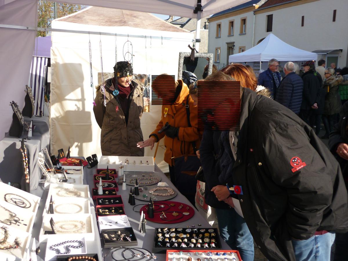 Beratung der Kunden von drahtschmuck Design Gabi Peters auf einem meiner Kunsthandwerkermärkte