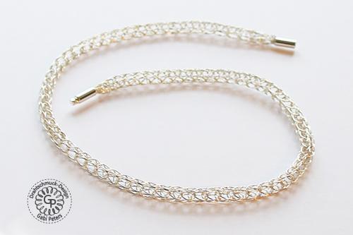 Dieses Collier ist mit einem Sterling Silberdraht angefertigt worden.