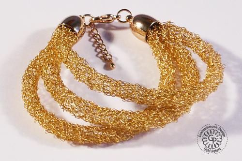 goldenes Armband mit Draht gehäkelt