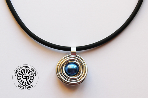 Alucollier mit blauer Perle