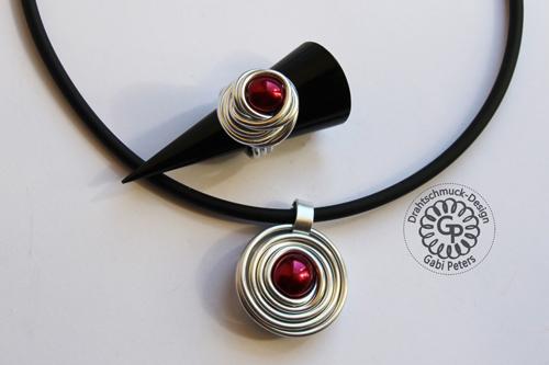 Alucollier mit bordeaux roter Perle