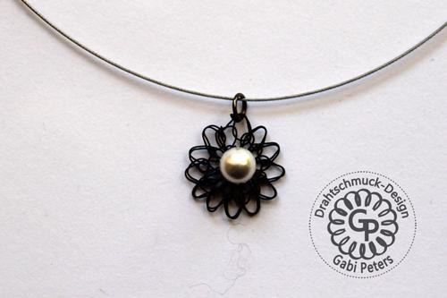 schwarzes Blüten Collier