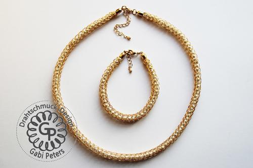 Goldenes Strick Collier mit weißen Perlen