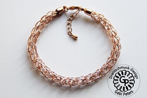 Rosegoldenes Strickarmband aus Draht